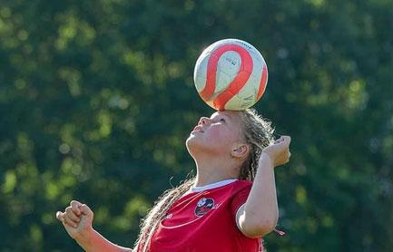 Mergina su kamuoliu